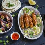 鸡kebab,沙拉用蕃茄,葱和橄榄,自创玉米粉薄烙饼是一顿健康和可口膳食 库存照片