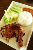 鸡Lalapan -烤鸡&原始的沙拉 库存照片