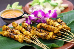 鸡satay用花生调味汁,印度尼西亚串烹调 库存图片