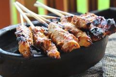 鸡Satay被盘问在椰子木炭 免版税库存图片