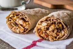 鸡shawarma与ayran或酪乳/Tantuni的硬粒小麦kebab 库存照片