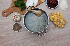 鸡soupwith新鲜蔬菜、面条和豆 库存图片