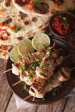 鸡tikka串和naan平的面包与酸辣调味品特写镜头 库存图片