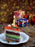 鸦片蛋糕片断与石灰奶油的和草莓结冻与一个被点燃的蜡烛 愉快的生日 选择聚焦 免版税图库摄影