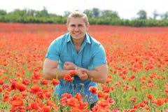 鸦片领域的一个肌肉人 免版税库存照片