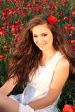 鸦片领域的微笑的女孩 图库摄影