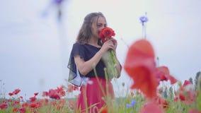 鸦片领域藏品花束的画象逗人喜爱的少女在手上,敬佩美丽的花 ?? 股票视频
