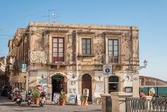 黑鸭停放了在Ortigia海岛上的商店外在西勒鸠斯 免版税库存照片
