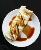 鸭子套kebab卷有黑暗的背景。 免版税库存图片