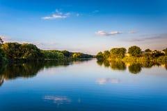 鸭子小河晚上视图在艾塞克斯,马里兰 库存图片