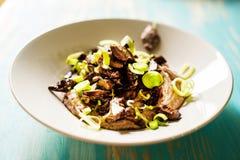 鸭子心脏炖煮的食物和黑眼睛的豆纯汁浓汤 库存照片