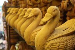 鸭子手工制造雕塑艺术和工艺 图库摄影