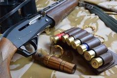 鸭子电话弹药和枪 库存照片