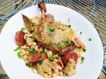 鸭子腿可口法国盘用豆Cassoulet炖煮的食物 免版税图库摄影