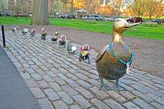 鸭子进贡雕塑对罗伯特McCloskeys故事的  库存照片