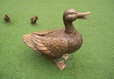 鸭子雕象在庭院里 图库摄影