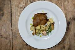 鸭子confit用salardaise土豆,从上面 图库摄影