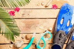 鸭脚板、风镜和废气管在热带海滩 库存图片