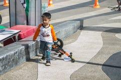 鸭脚板平衡自行车Chiangrai冠军,孩子参加平衡自行车比赛 免版税库存照片