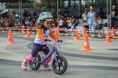 鸭脚板平衡自行车Chiangrai冠军,孩子参加平衡自行车比赛 库存照片
