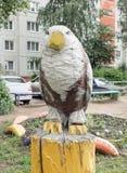 鸷的雕塑坐树桩 免版税图库摄影