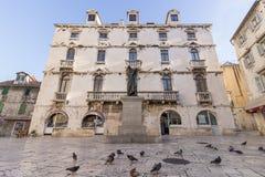 鸽子和一个雕象在分裂 免版税图库摄影