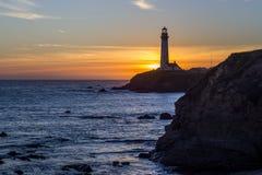 鸽子在日落的点灯塔 免版税库存照片
