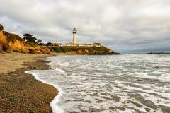 鸽子沿和平的海岸线的点灯塔在加利福尼亚 免版税库存图片