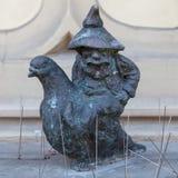 鸽子老板矮人在弗罗茨瓦夫 库存图片