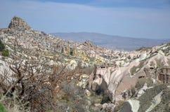 鸽子谷和Uchisar在Nevsehir市,卡帕多细亚,土耳其 免版税库存图片