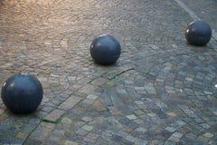 鹅卵石在一个正方形的街道路面与圆的装饰石头在晚上 库存图片