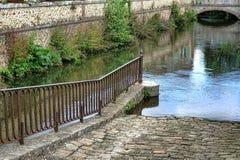 鹅卵石小船在老法国运河的发射舷梯 免版税库存图片