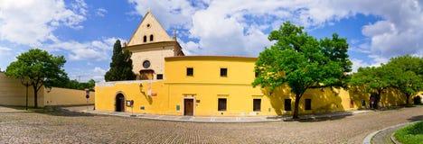 鹅卵石方形的近的连斗帽女大衣修道院, Hradcany,布拉格,捷克 免版税图库摄影