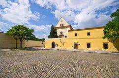 鹅卵石方形的近的连斗帽女大衣修道院, Hradcany,布拉格,捷克 库存图片