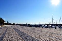鹅卵石海滨广场边路 免版税库存照片