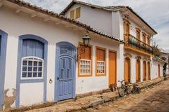 鹅卵石胡同看法有五颜六色的老房子和自行车的在Paraty 免版税库存照片