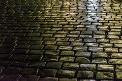 鹅卵石街道夜场面,罗马 免版税库存图片