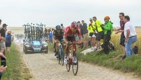 鹅卵石路的两个骑自行车者-环法自行车赛2015年 库存照片