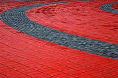 鹅卵石边路由立方体红色和灰色石头做成 库存图片