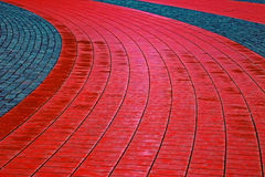 鹅卵石边路由立方体红色和灰色石头1做成 库存照片