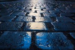 鹅卵石道路特写镜头纹理下午蓝色进展目标W 免版税图库摄影