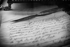 鹅笔和羊皮纸 免版税库存照片
