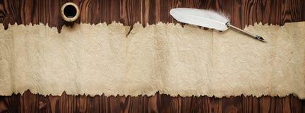 鹅羽毛和老纸,文本的, panora葡萄酒背景 免版税图库摄影