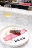 鹅肝牛排用红色莓果调味汁和白葡萄酒 库存照片