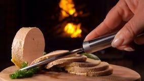鹅肝特别刀子裁减在一个木板的 股票录像