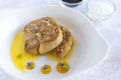鹅肝用在白色板材的苹果酱 免版税图库摄影