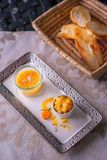 鹅肝用苹果酱和果子在白色板材,产品摄影专属餐馆的 图库摄影