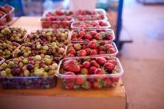 鹅莓和草莓在一个农厂市场上在城市 水果和蔬菜在农夫夏天市场上 免版税图库摄影