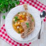 鹅-汤用红葡萄酒和麝香草 库存图片