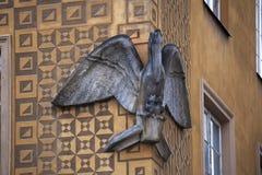 `鹈鹕在城堡正方形老镇的议院` 1705 老镇在华沙是联合国科教文组织世界遗产名录站点 图库摄影